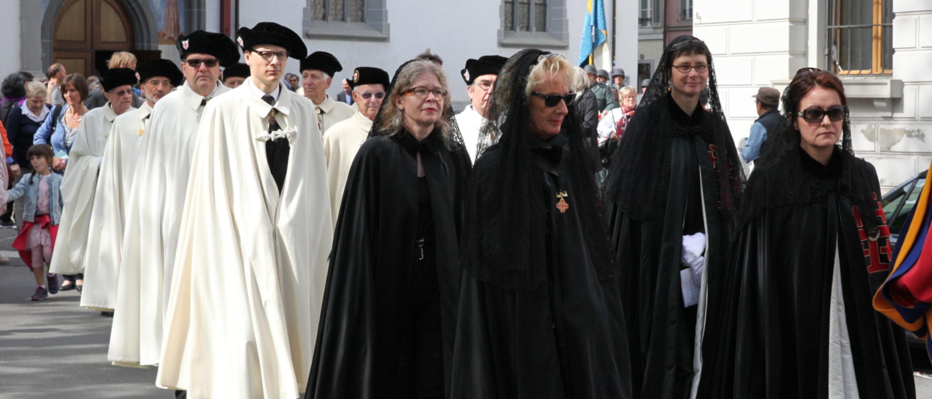 Damen und Ritter des Ritterordens an der Fronleichnamsprozession in Luzern | © zVg