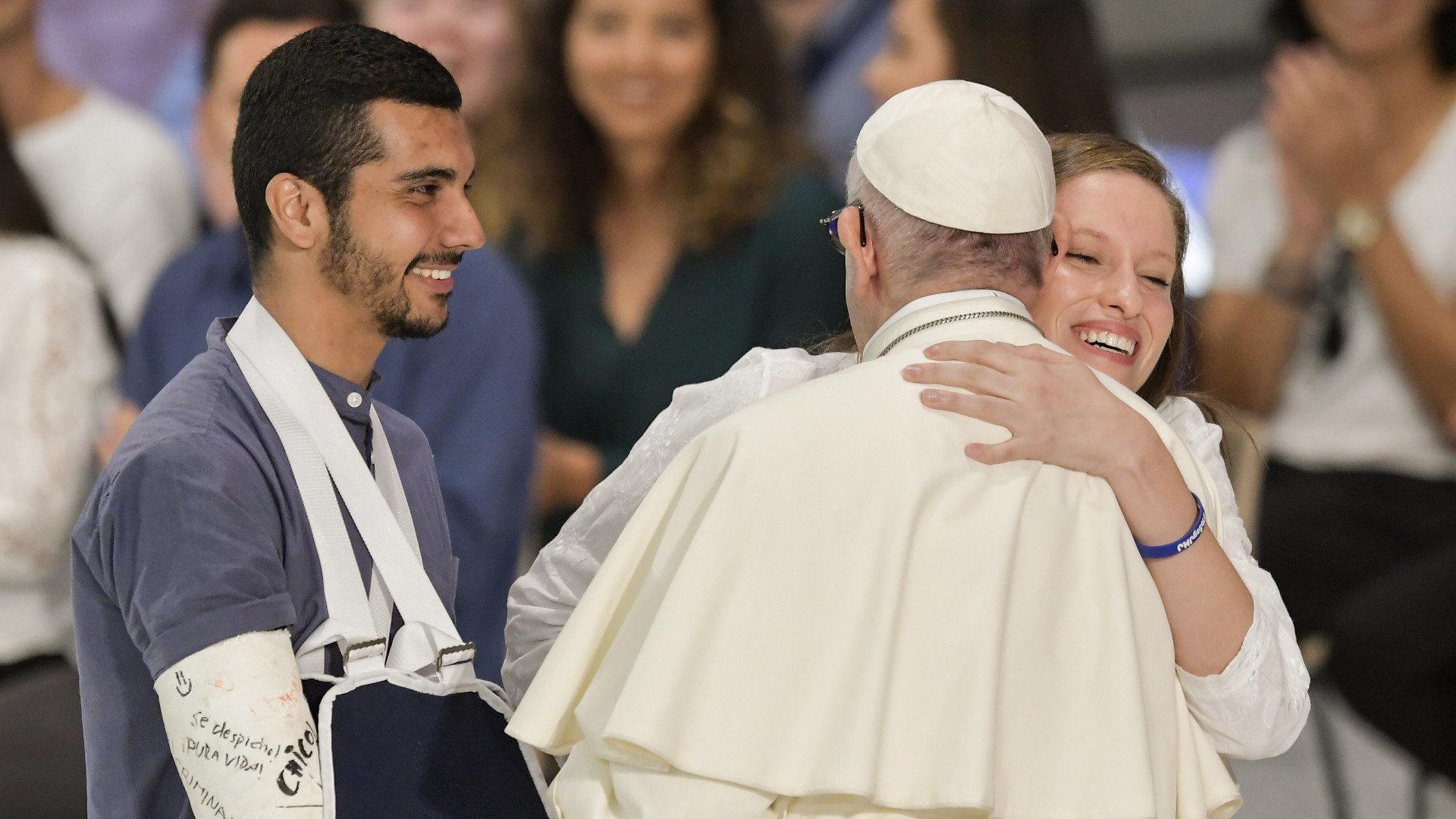 Papst Franziskus umarmt Jugendliche während des Festes der Begegnung an der Jugendsynode. | © KNA