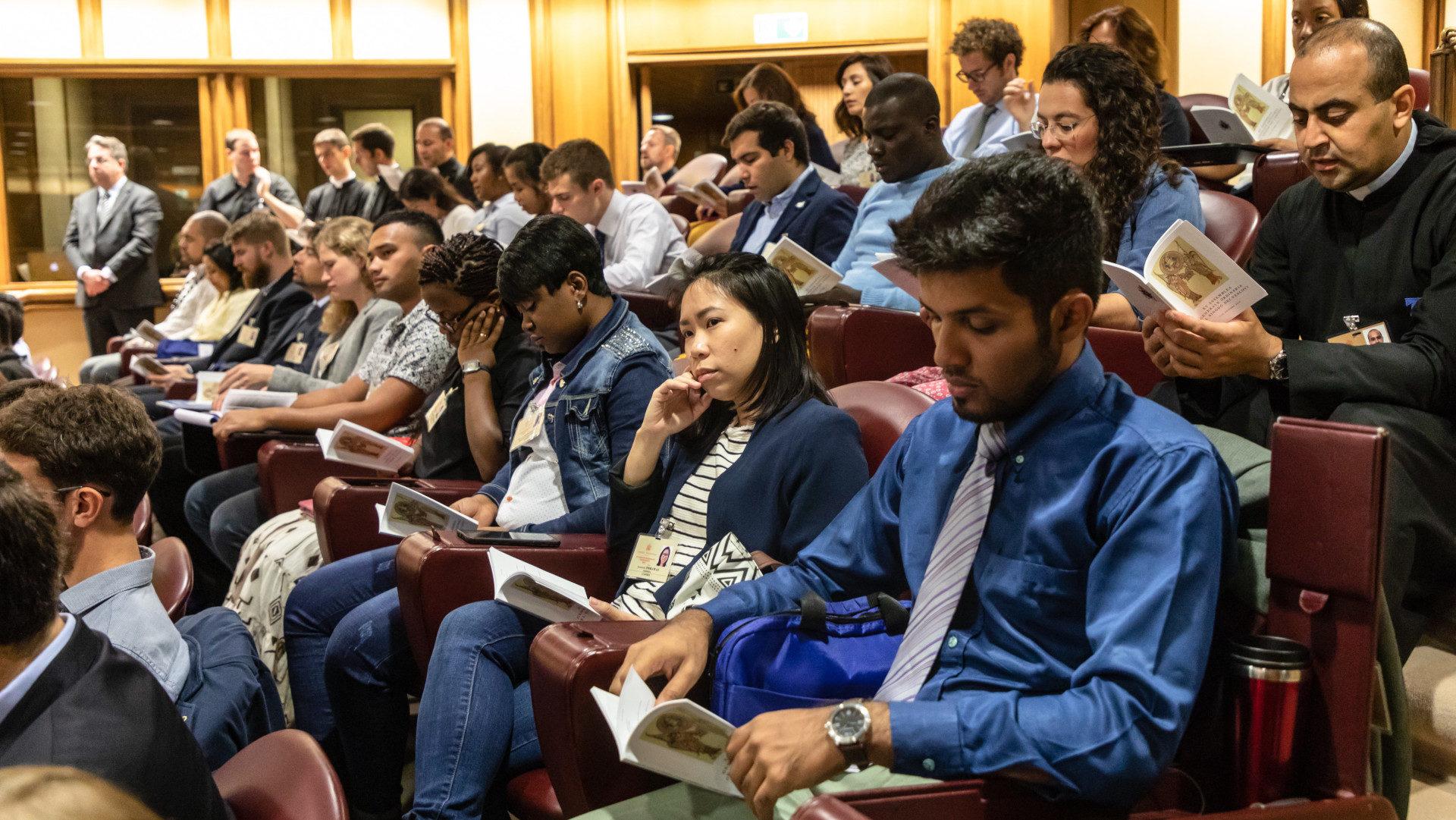 Junge Synodenteilnehmer am 5. Oktober 2018 in der Audienzhalle im Vatikan | © KNA