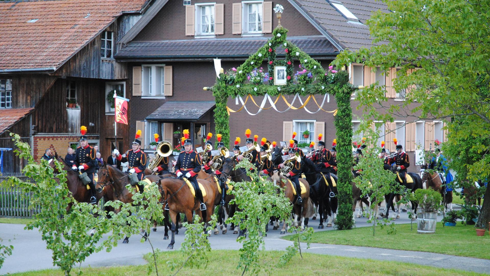 An Auffahrt finden in manchen ländlichen Gegenden Prozessionen statt. Hier: Umritt in Beromünster.