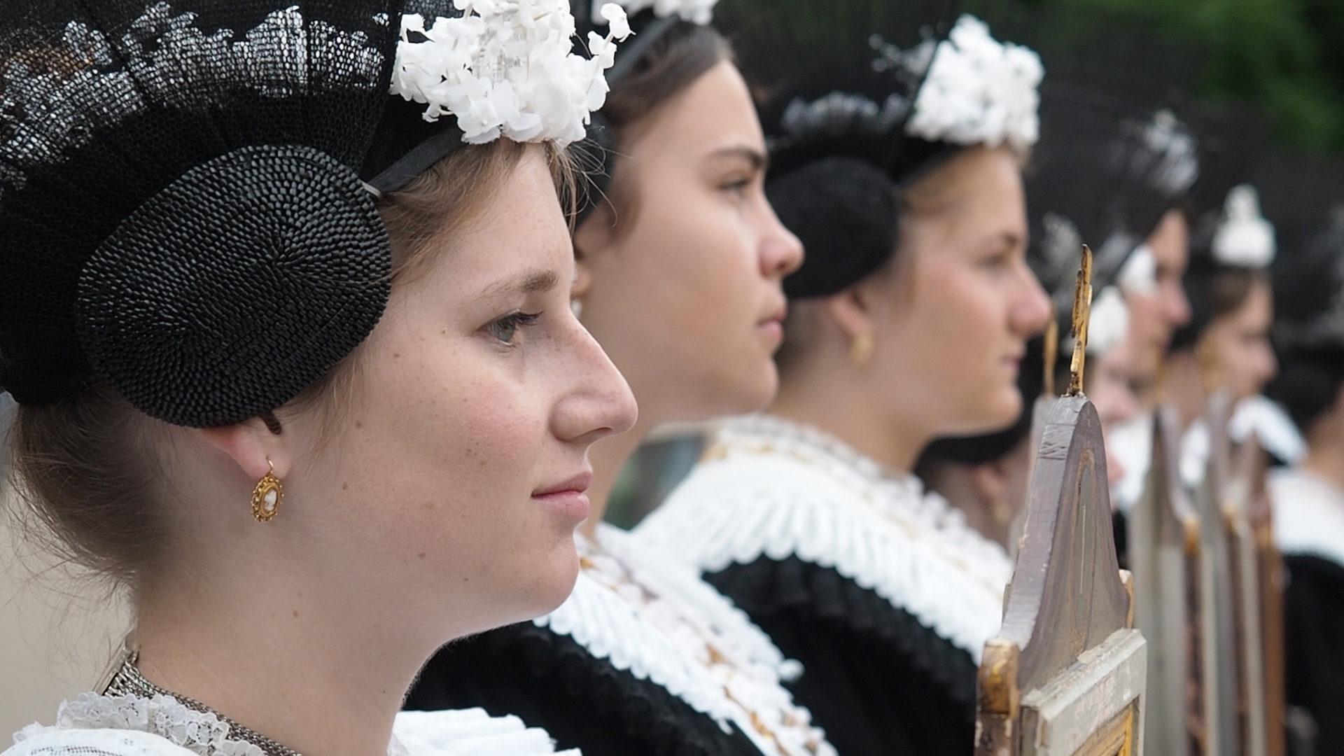 Nadine Brülisauer ist die Chefin der Täfelimeedle - an Fronleichnam führt sie die Tafelträgerinnen an. | © Ueli Abt