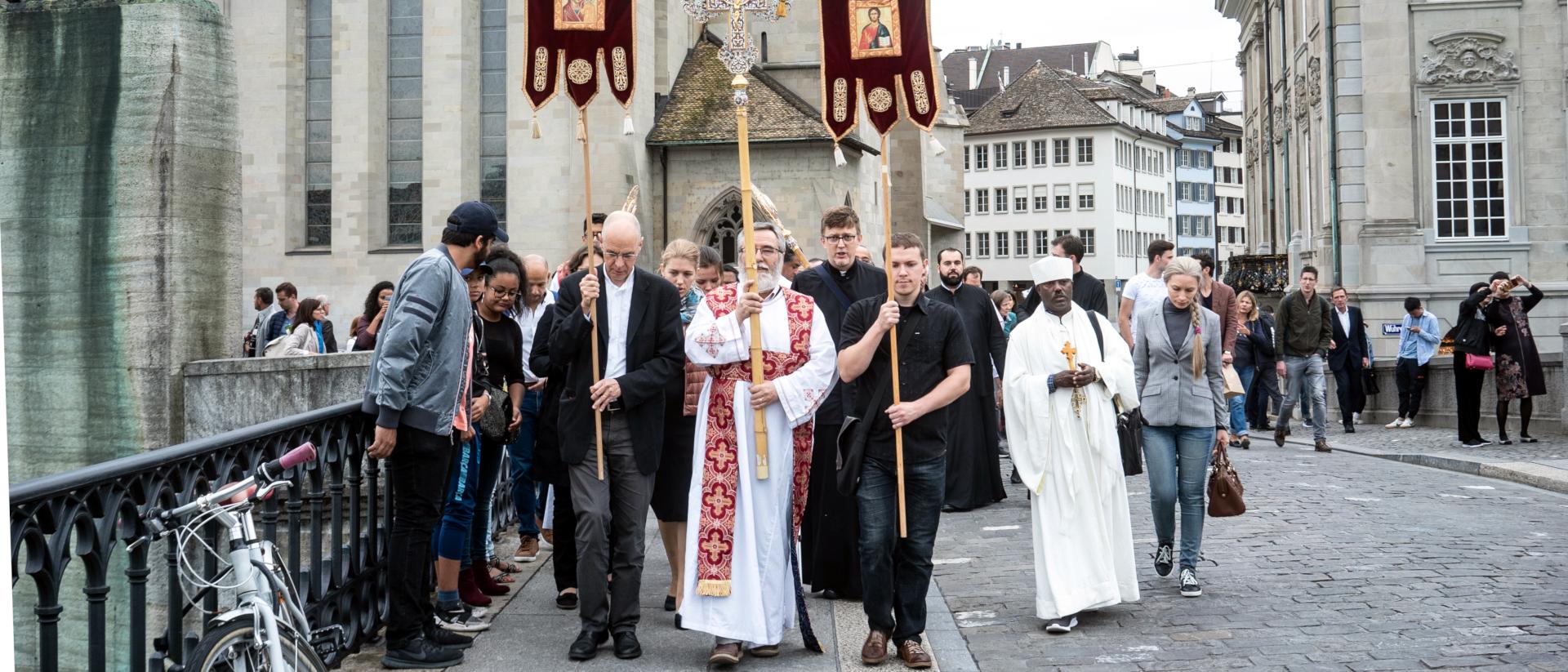 Prozession vor dem Fraumünster in Zürich