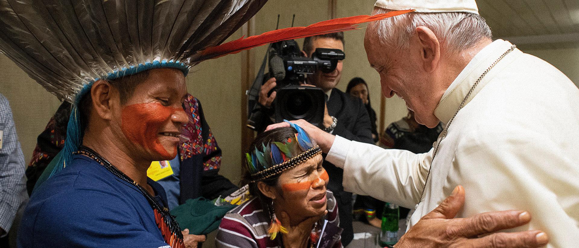 Papst Franziskus mit indigenen Teilnehmern der Amazonassynode im Vatikan | ©KNA