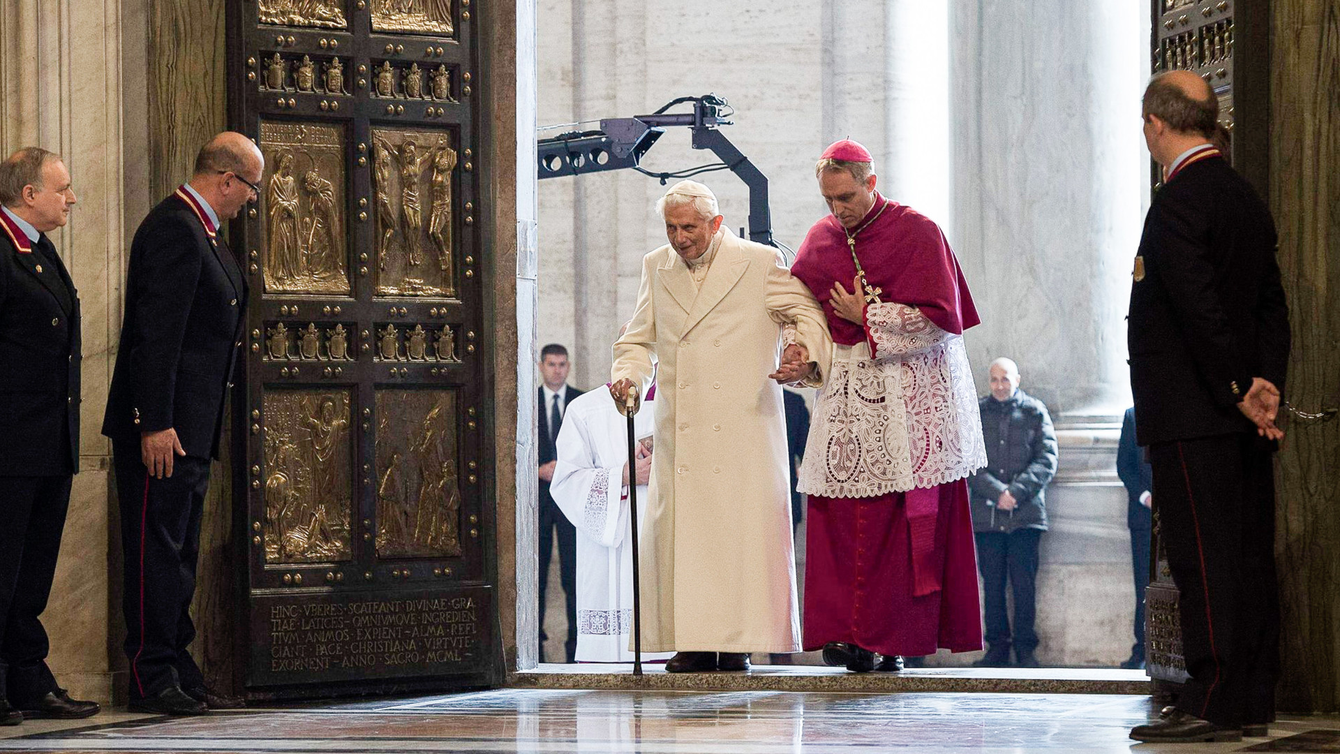 Ein gebrechlicher Ex-Papst lässt sich seinem Privatsekretär Kurienerzbischof Georg Gänswein stützen (Aufnahme von 2015). | ©KNA