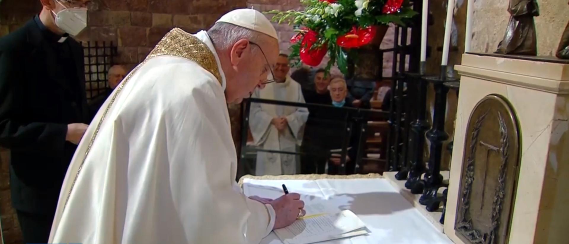 Papst Franziskus unterzeichnet die Enzyklika «Fratelli tutti».