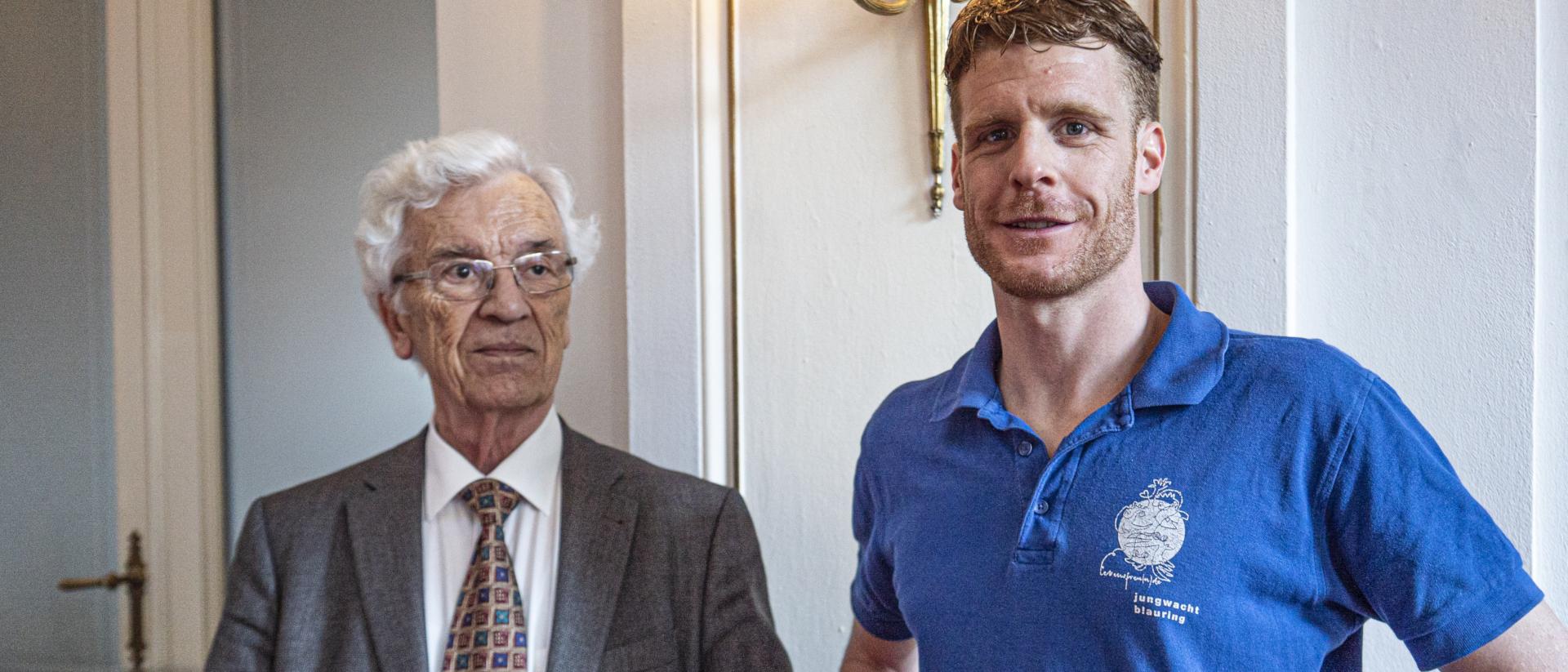 Leo Karrer (l.) und Valentin Beck (Jubla) an der Preisverleihung der Herbert-Haag-Stiftung für Freiheit. Karrer starb im Januar 2021. | ©Vera Rüttimann
